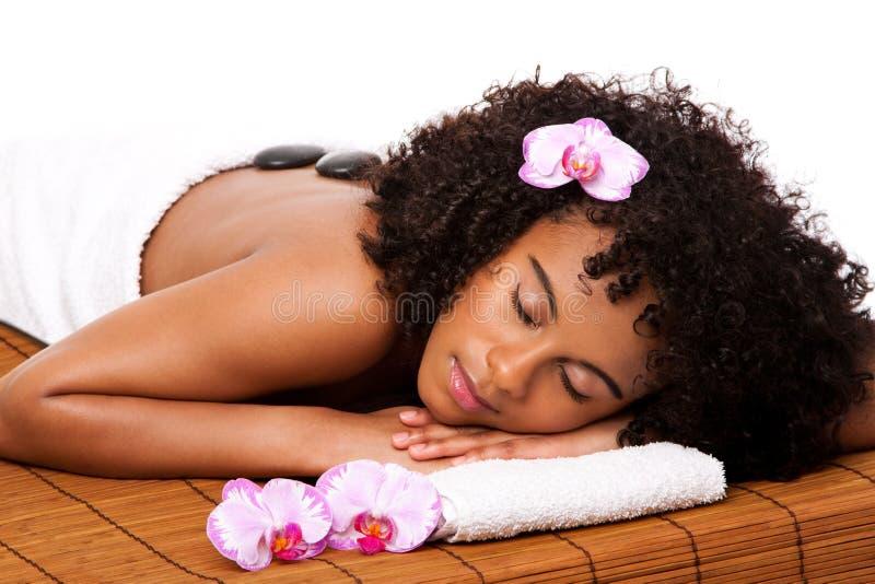 Schoonheid health day spa - hete steenmassage stock afbeelding