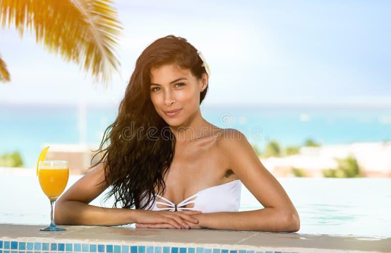 Schoonheid het drinken cocktails in zwembad royalty-vrije stock fotografie