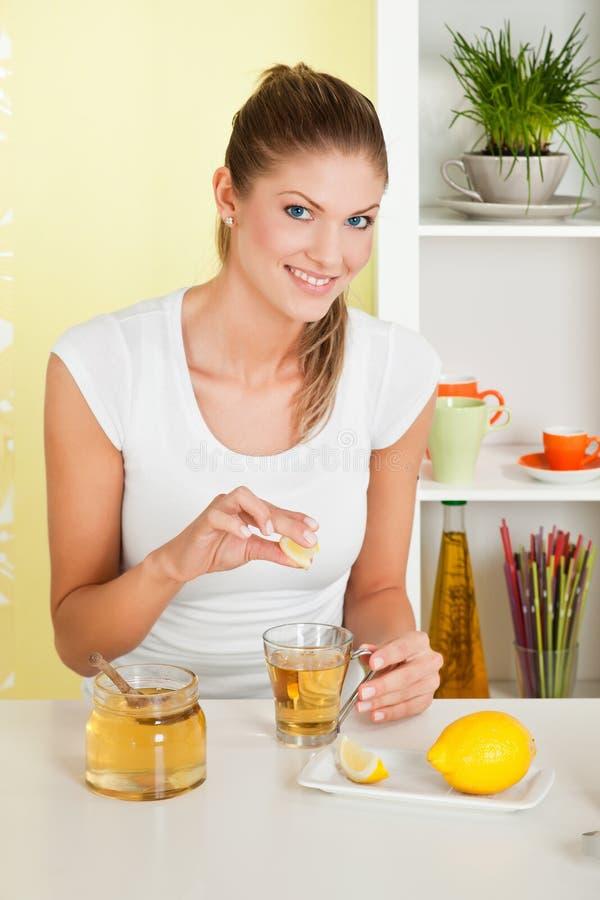 Schoonheid, jong meisje dat thee maakt stock afbeeldingen