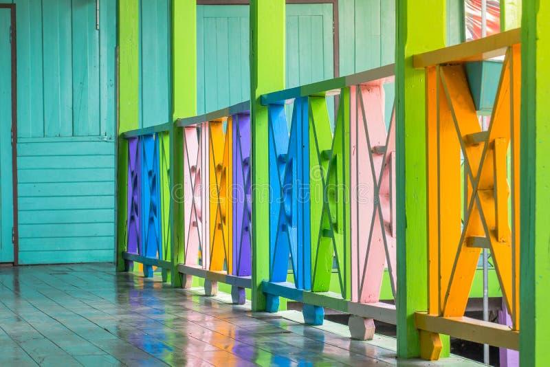Schoonheid kleurrijk van de houten oude de schoolbouw van de omheiningsdecoratie royalty-vrije stock foto's