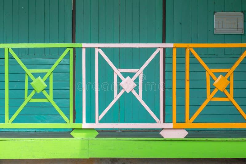 Schoonheid kleurrijk van de houten oude de schoolbouw van de omheiningsdecoratie royalty-vrije stock foto
