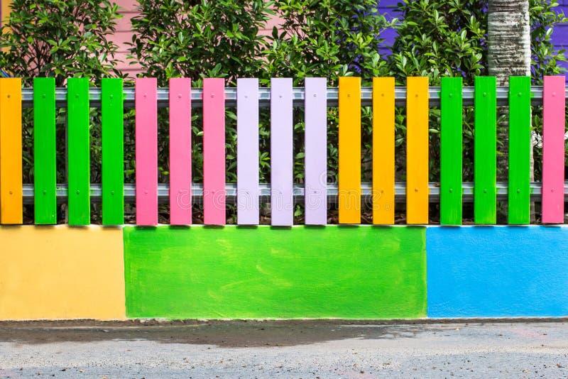 Schoonheid kleurrijk van de houten tuin van de omheiningsdecoratie stock foto