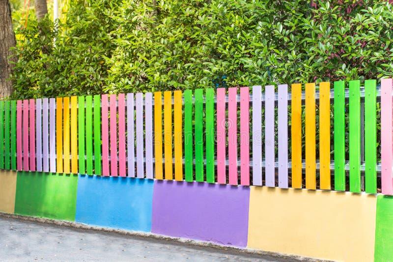 Schoonheid kleurrijk van de houten tuin van de omheiningsdecoratie royalty-vrije stock foto