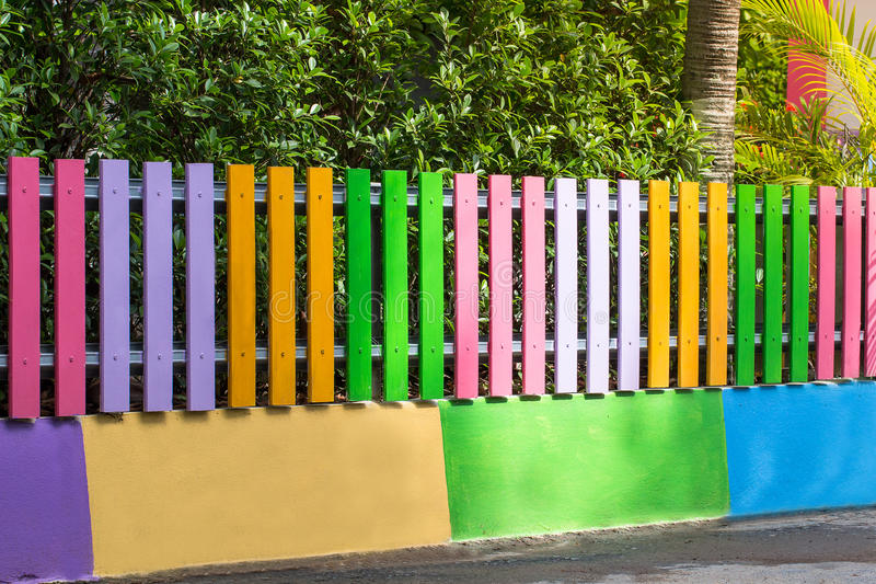 Schoonheid kleurrijk van de houten tuin van de omheiningsdecoratie stock afbeelding