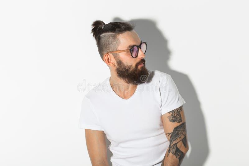 Schoonheid, manier en mensenconcept - Hipster-mens met baard het stellen over witte achtergrond stock foto's