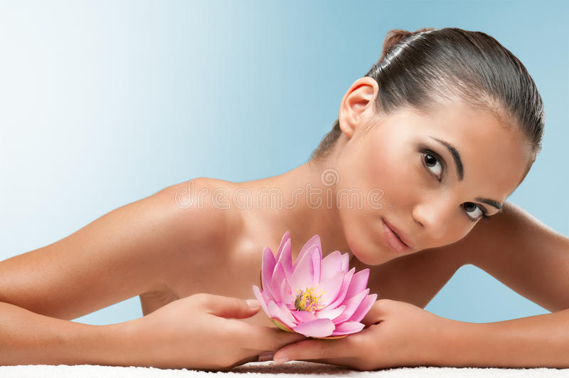 Schoonheid met lotusbloembloem bij kuuroord stock fotografie