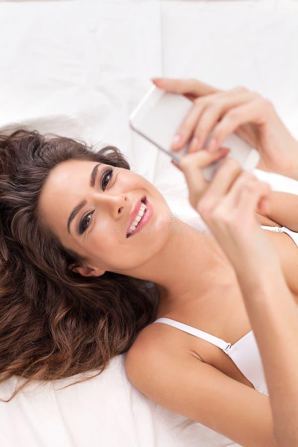 Schoonheid met mobiele telefoon. stock foto's