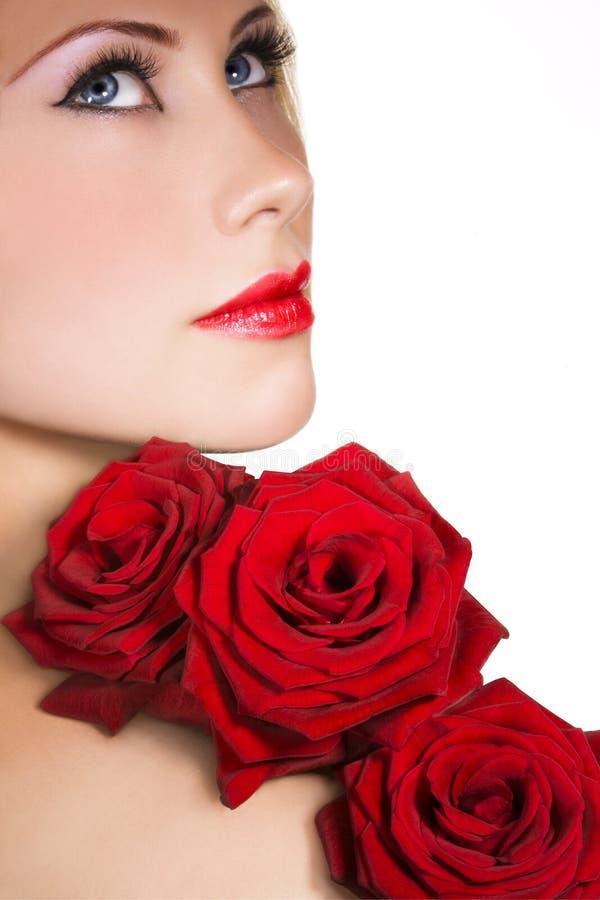 Schoonheid met rode rozen royalty-vrije stock afbeelding