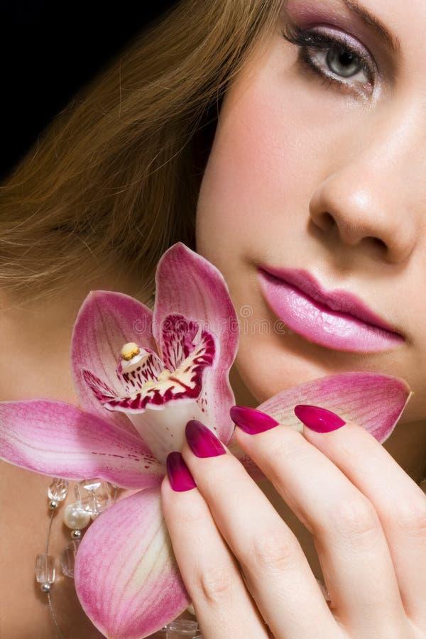 Schoonheid met roze orchidee royalty-vrije stock afbeeldingen