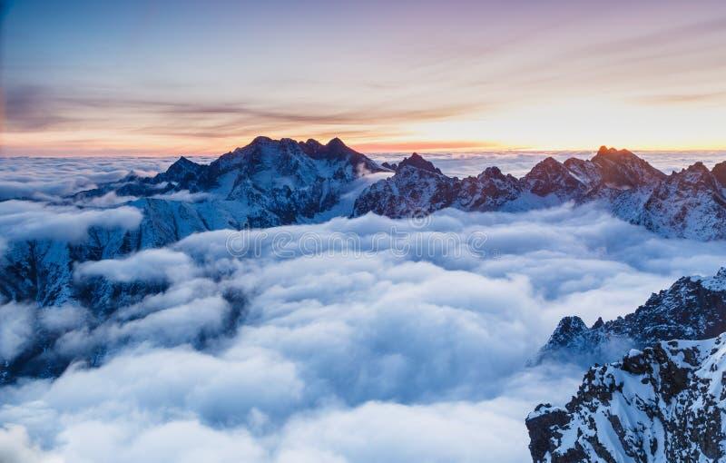 Schoonheid met wolken in Rysy in Tatras wordt behandeld die stock afbeeldingen