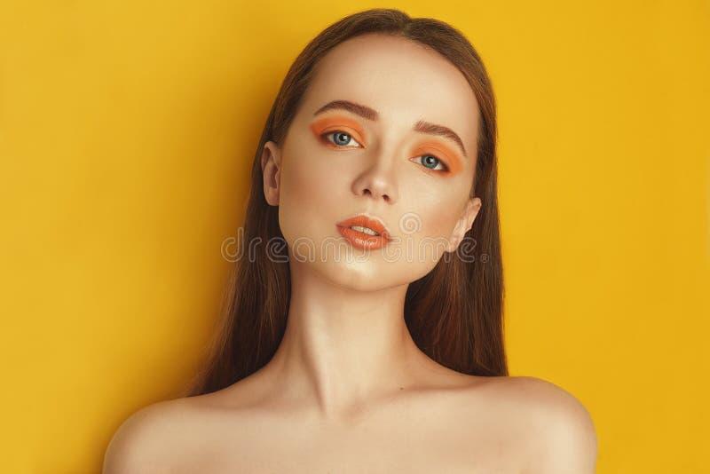 Schoonheid ModelGirl met gele/oranje professionele make-up Oranje oogschaduw en lippenstiftmaniervrouw met lang, recht haar stock foto's