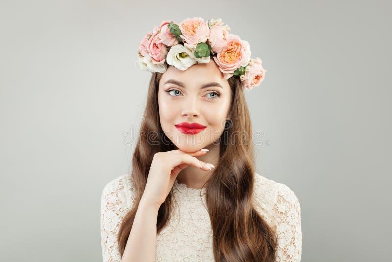 Schoonheid ModelWoman met Duidelijke Huid, Krullend Haar, Make-up en Bloemen, Manierportret royalty-vrije stock foto