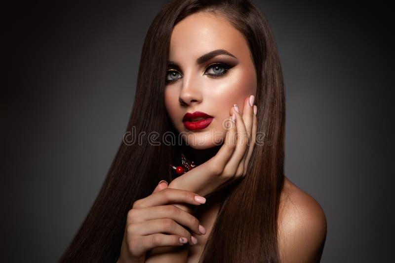 Schoonheid ModelWoman met Lang Bruin Haar stock afbeeldingen