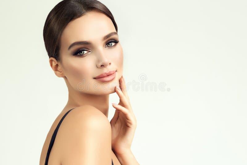 Schoonheid-stijl portret van het een beroep doen, jonge vrouw Make-up en schoonheidstechnologieën stock afbeeldingen