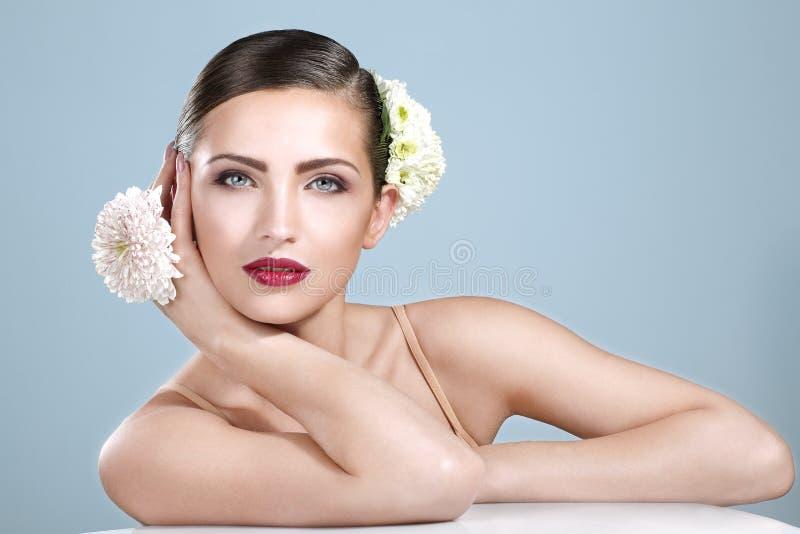 Schoonheid van glimlachende vrouw die wordt geschoten met   bloementoebehoren stock foto