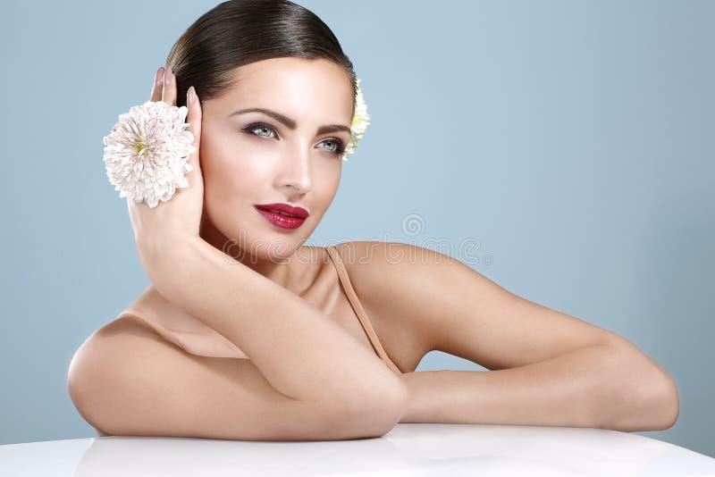 Schoonheid van glimlachende vrouw die wordt geschoten met   bloementoebehoren royalty-vrije stock afbeeldingen