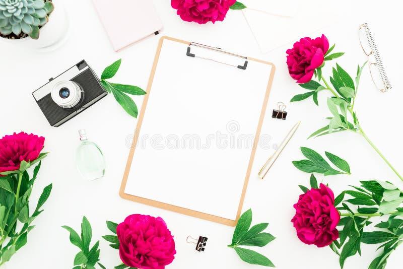 Schoonheid verfraaid concept Blogger of freelancer werkruimtebureau met klembord, notitieboekje, retro camera, pioenen en pen op  stock illustratie
