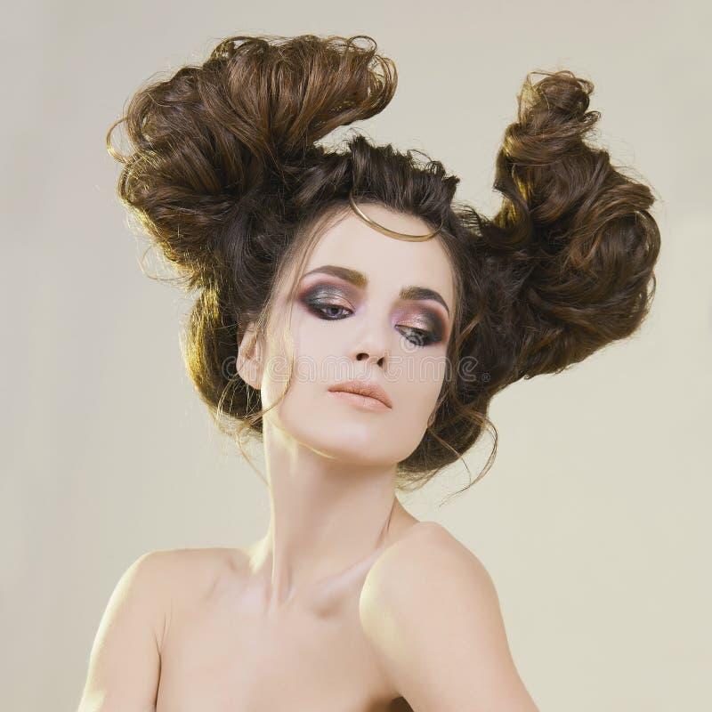 Schoonheid, vrouw met samenstelling en Kapsel stock foto's