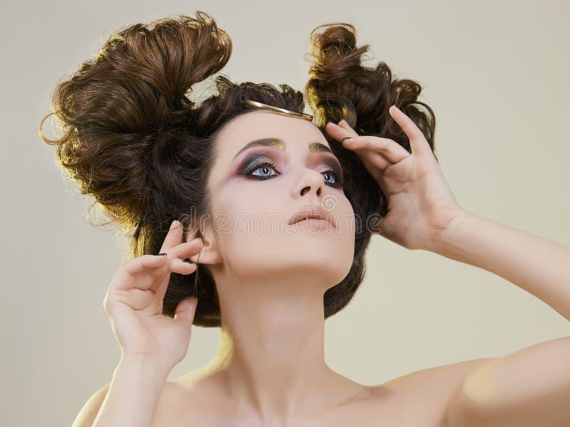 Schoonheid, vrouw met samenstelling en Kapsel stock afbeeldingen