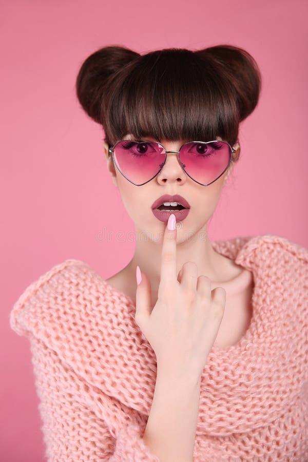 Schoonheid wauw Het model van het de tienermeisje van de manierverrassing Brunette in hart royalty-vrije stock afbeeldingen