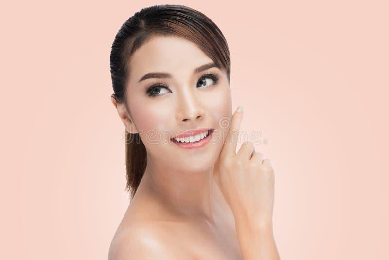 Schoonheids Aziatisch Portret Beautiful Spa Aziatische Vrouw wat betreft haar Gezicht Zuiver Schoonheidsmodel royalty-vrije stock afbeeldingen