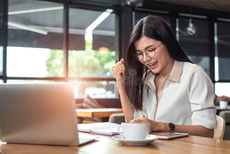 Schoonheids Aziatische vrouw die vrolijk gebaar na het beëindigen van baan h hebben royalty-vrije stock foto