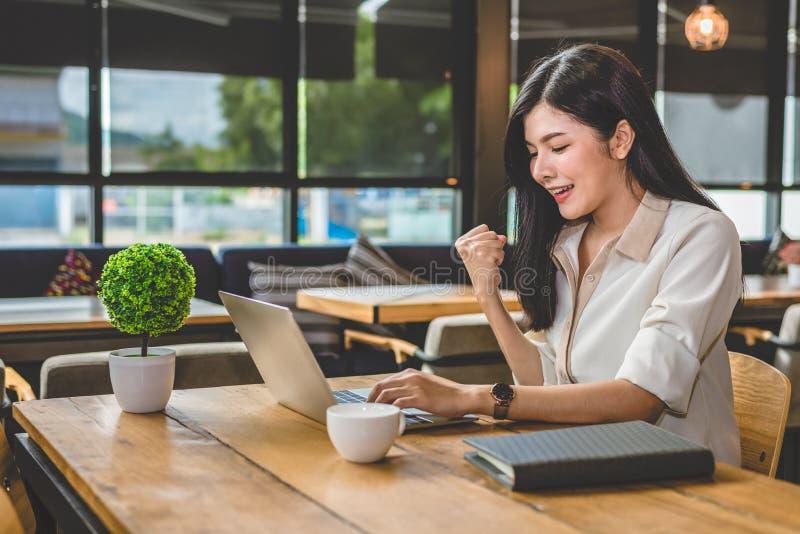 Schoonheids Aziatische vrouw die vrolijk gebaar na het beëindigen van baan h hebben stock afbeelding