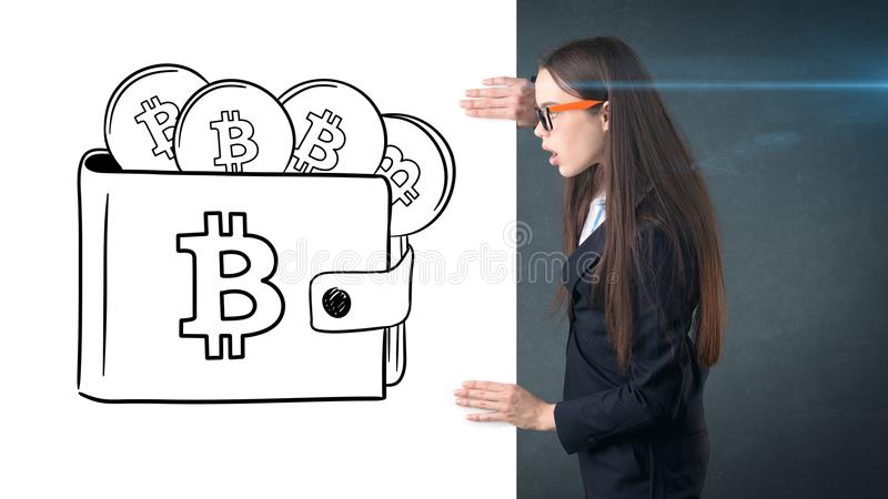 Schoonheids bedrijfsvrouw die zich dichtbij btc embleem bevinden Succesvolle Bitcoin-investering Concept virtuele criptocurrency royalty-vrije stock afbeelding