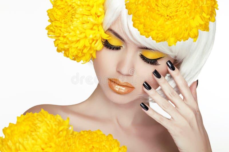 Schoonheids Blond Vrouwelijk Portret met gele bloemen. Beautiful Spa royalty-vrije stock foto's