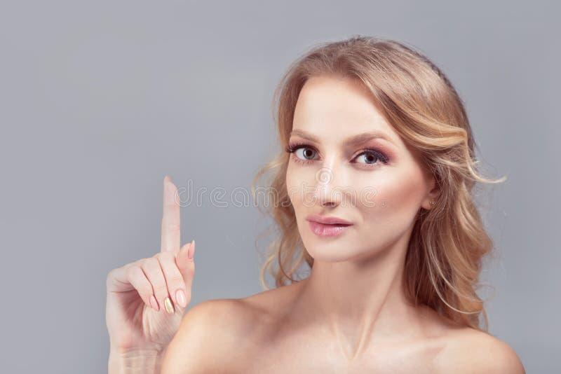 Schoonheids deskundige vrouw die aandacht roepen stock afbeelding