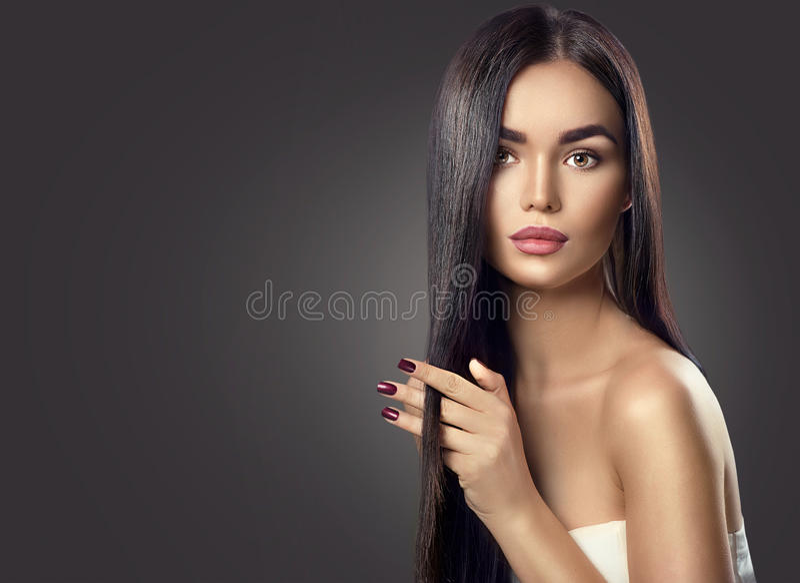 Schoonheids donkerbruin modelmeisje wat betreft lang haar stock foto