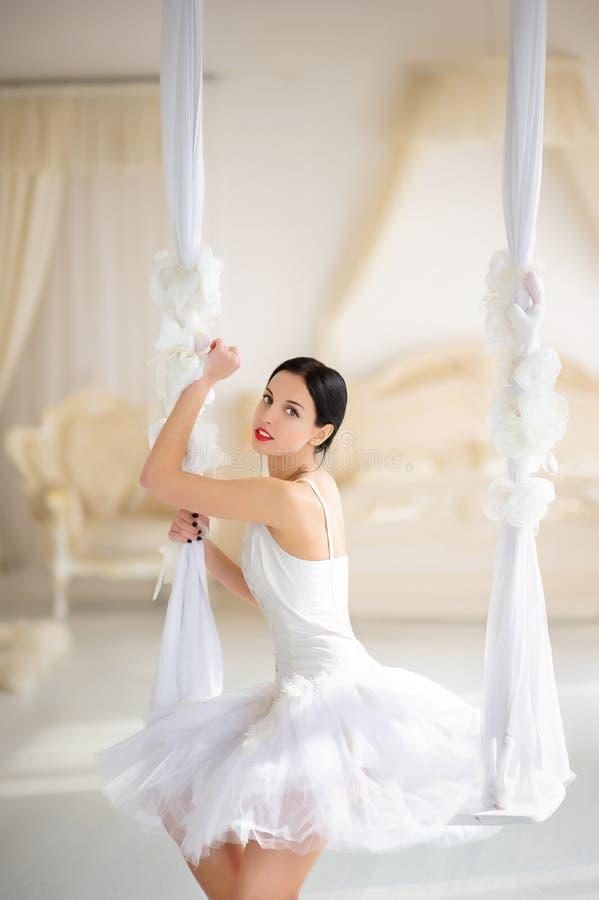 Schoonheids Donkerbruine Ballerina Op Een Schommeling In Ruimte Stock Foto