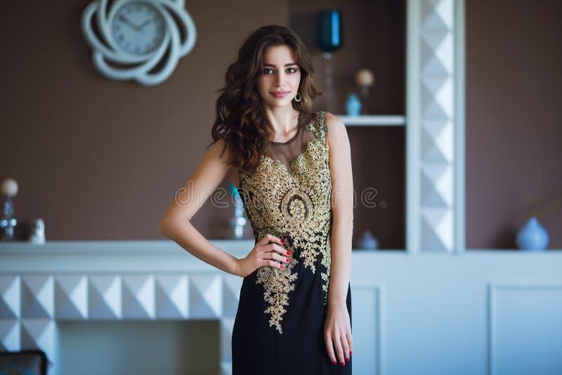 Schoonheids donkerbruine modelvrouw in elegante avondjurk Het de mooie make-up en kapsel van de manierluxe Verleidelijk meisje stock afbeelding