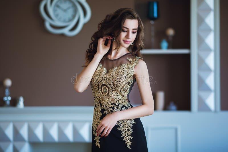 Schoonheids donkerbruine modelvrouw in elegante avondjurk Het de mooie make-up en kapsel van de manierluxe Verleidelijk meisje royalty-vrije stock afbeelding