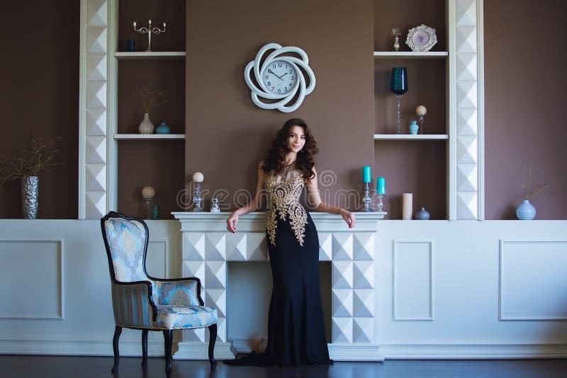 Schoonheids donkerbruine modelvrouw in elegante avondjurk Het de mooie make-up en kapsel van de manierluxe Verleidelijk meisje royalty-vrije stock foto