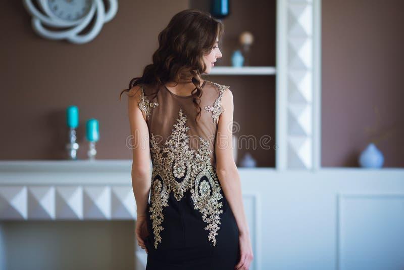 Schoonheids donkerbruine modelvrouw in elegante avondjurk Het de mooie make-up en kapsel van de manierluxe Verleidelijk meisje stock fotografie