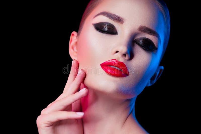Schoonheids donkerbruine vrouw met de perfecte make-up van kattenogen Professionele vakantiesamenstelling Mooi meisjes` s gezicht royalty-vrije stock afbeelding