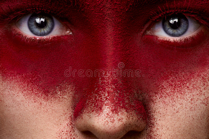 Schoonheids donkerrode make-up op gezicht van vrouwelijk model stock foto's