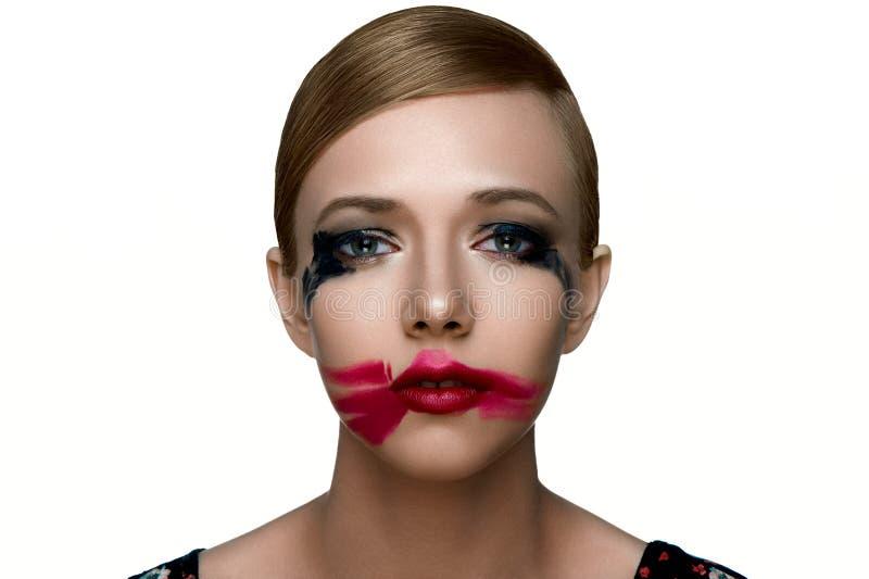 Schoonheids droevig vrouwelijk Model met gesmeerde Mascara en rode Lippenstift royalty-vrije stock afbeeldingen