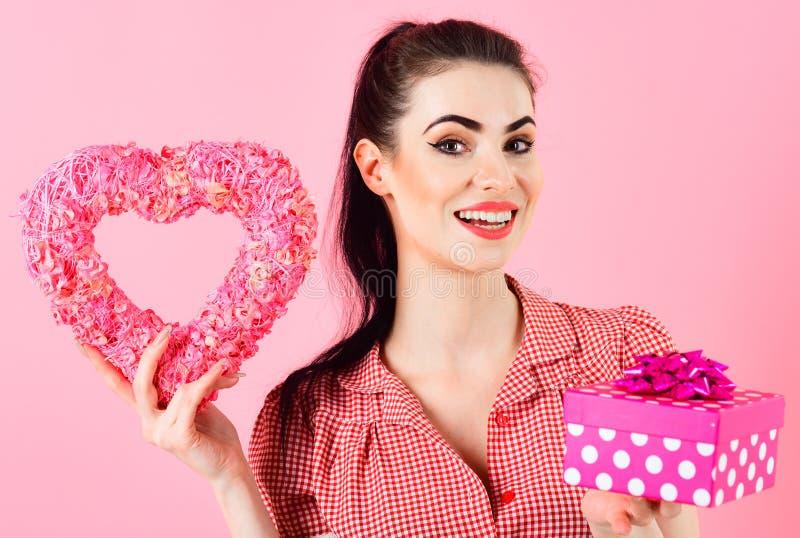 Schoonheids gelukkig meisje met Valentine-giftdoos stock afbeeldingen