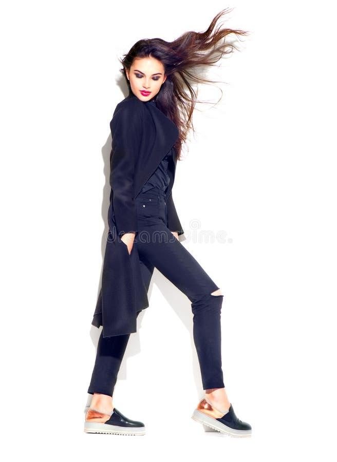 Schoonheids het modelmeisje stellen in modieuze kleren Mooie jonge donkerbruine vrouw in in uitrusting, maniermake-up en toebehor royalty-vrije stock afbeelding