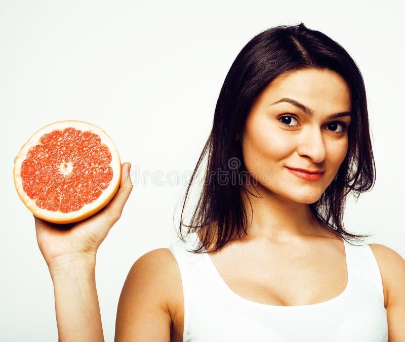 Schoonheids jonge donkerbruine die vrouw met grapefruit op witte achtergrond, gelukkig het glimlachen gezond voedselconcept, leve royalty-vrije stock foto's