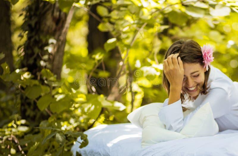 Schoonheids jonge vrouwen bij aard royalty-vrije stock fotografie
