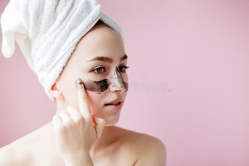 Schoonheids Kosmetische Schil Close-up Mooi Jong Wijfje met Zwarte Schil van Masker op Huid Close-up van Aantrekkelijke Vrouw met stock foto's