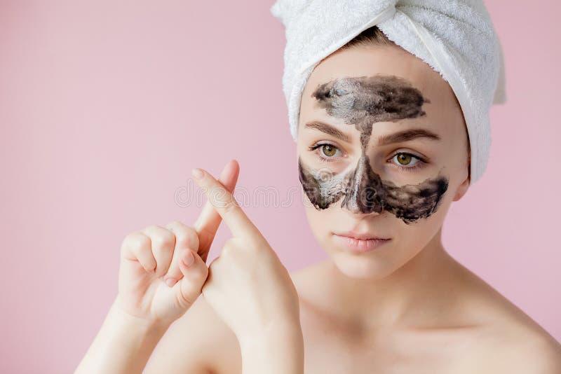 Schoonheids Kosmetische Schil Close-up Mooi Jong Wijfje met Zwarte Schil van Masker op Huid Close-up van Aantrekkelijke Vrouw met stock foto