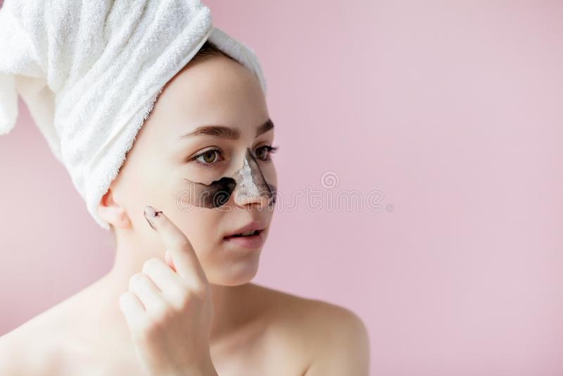 Schoonheids Kosmetische Schil Close-up Mooi Jong Wijfje met Zwarte Schil van Masker op Huid Close-up van Aantrekkelijke Vrouw met royalty-vrije stock fotografie