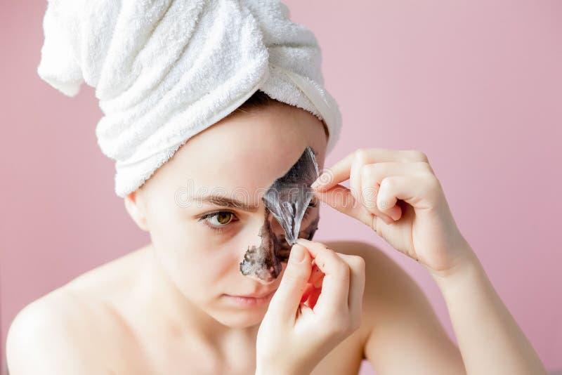 Schoonheids Kosmetische Schil Close-up Mooi Jong Wijfje met Zwarte Schil van Masker op Huid Close-up van Aantrekkelijke Vrouw met royalty-vrije stock afbeelding