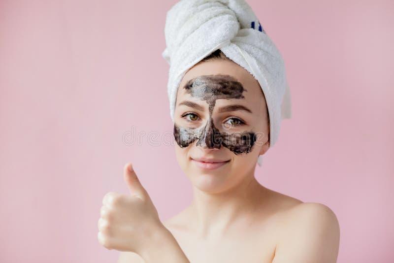 Schoonheids Kosmetische Schil Close-up Mooi Jong Wijfje met Zwarte Schil van Masker op Huid Close-up van Aantrekkelijke Vrouw met royalty-vrije stock foto's