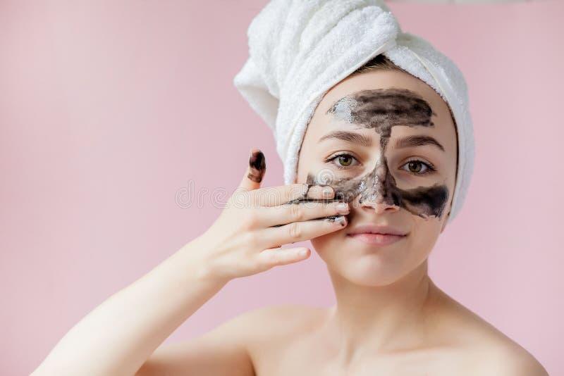 Schoonheids Kosmetische Schil Close-up Mooi Jong Wijfje met Zwarte Schil van Masker op Huid Close-up van Aantrekkelijke Vrouw met stock fotografie