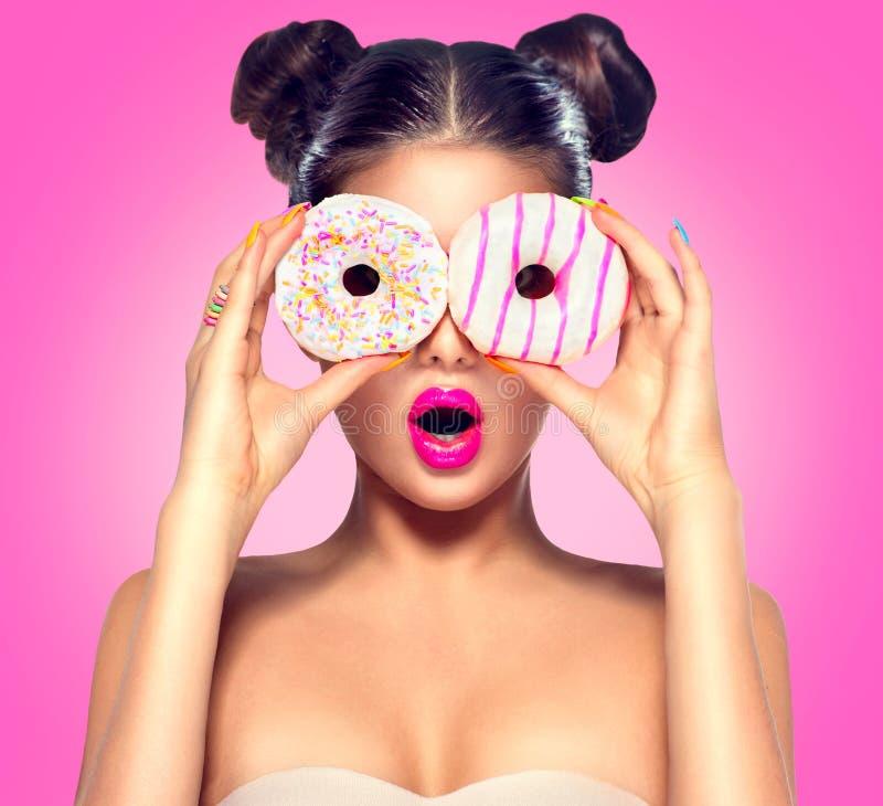 Schoonheids modelmeisje die kleurrijke donuts nemen royalty-vrije stock foto